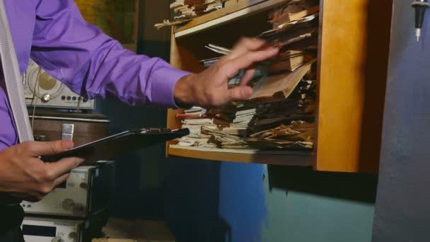 muž úředník účetnictví retro dotkne papíru do staré kanceláři