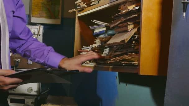 úředník muž účetnictví retro dotkne papíru do staré kanceláři