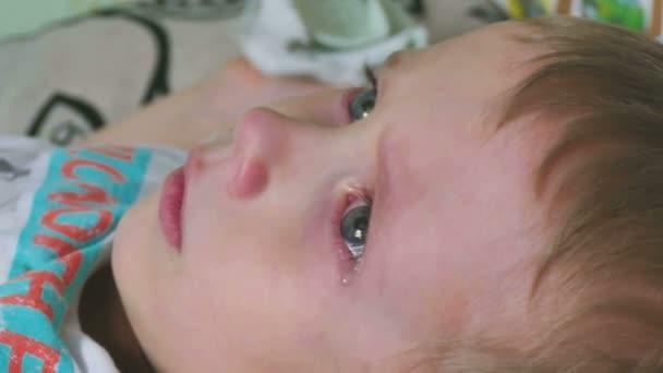 il ragazzo sta piangendo lacrime