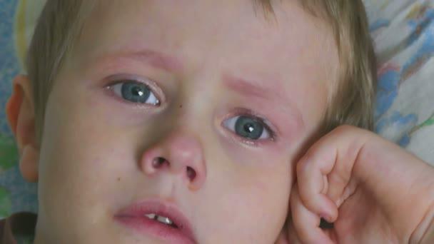 teenager del ragazzo piangere lacrime di flusso di tristezza
