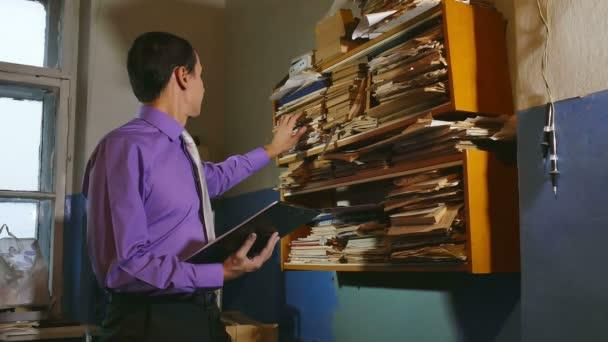 muž účetní úředník retro dotkne papíru ve staré kanceláři
