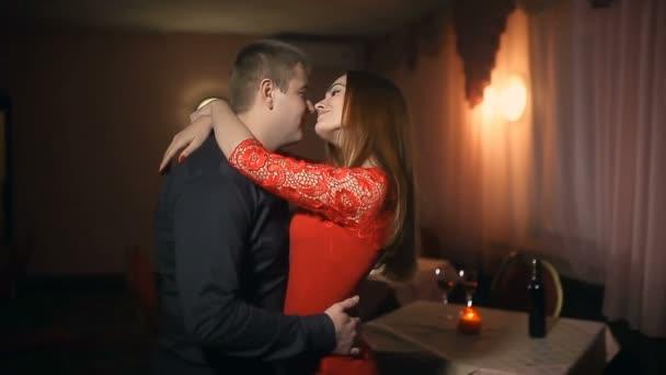 muž a žena polibek romantický večer v lásce svíce Valentýn restaurace