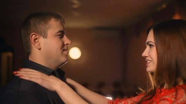 férfi és a nő romantikus csók este szerelmes gyertya étterem Valentin-nap