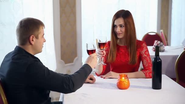 muž a žena milují romantický večer v restauraci, pití vína, Valentýn