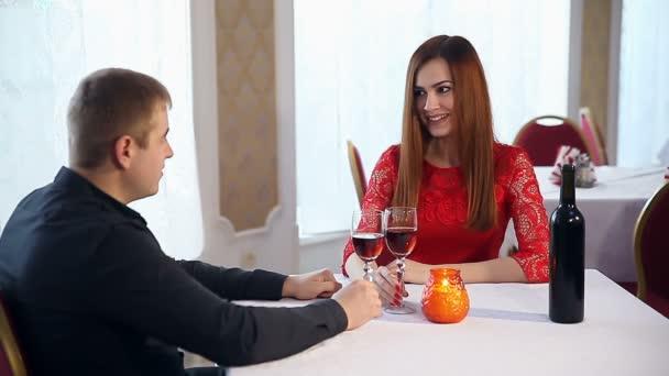 muž a žena romantická láska večer v restauraci, pití vína, Valentýn