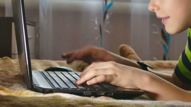 Boy teen notebook procházení Internetu hraje, ležící v posteli