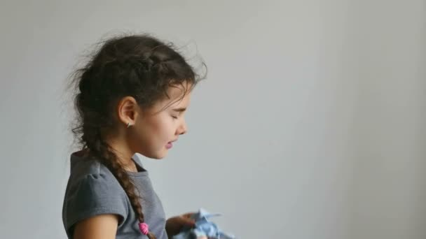 holka teen kýchání chřipka do kapesníku chřipkového viru