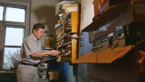 účetní úředník retro starý muž dotkne papíru ve staré kanceláři