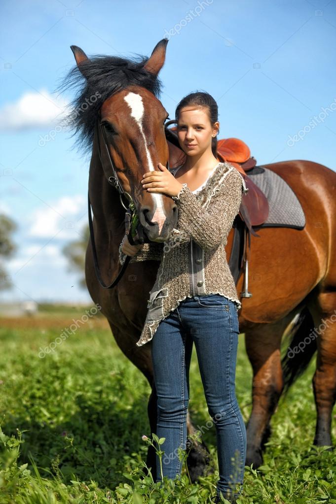 schöne junge teen mädchen mit dem braunen pferd