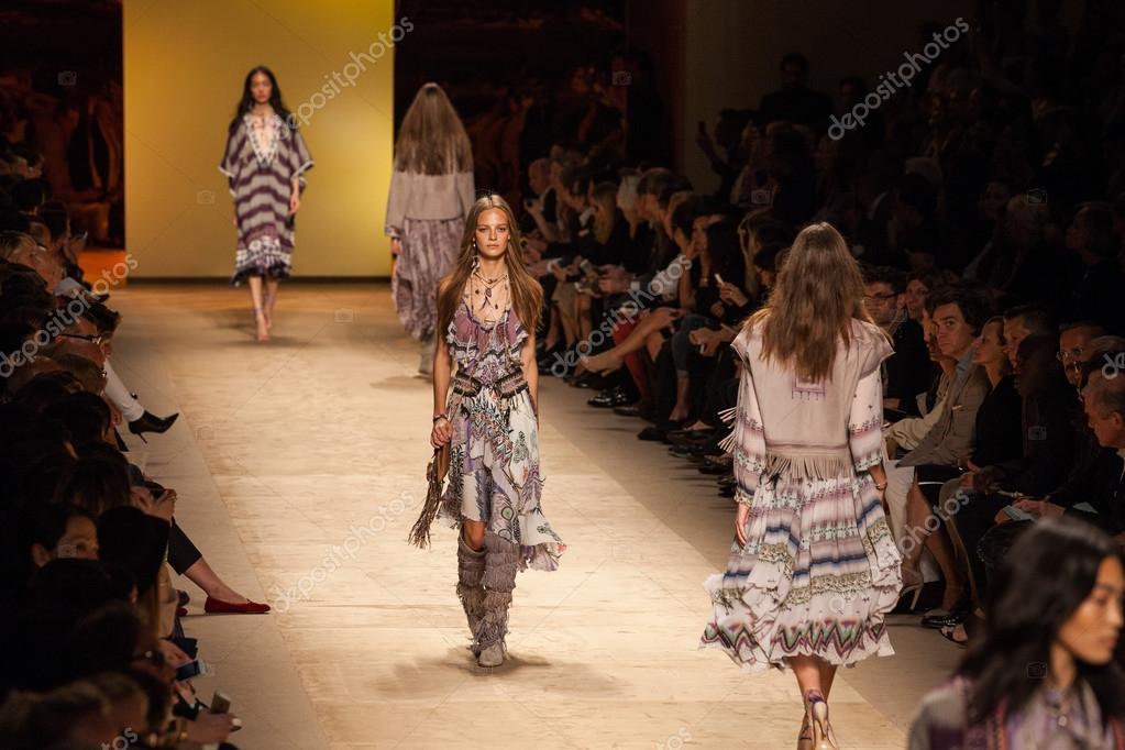 53265118a3ff Etro - Milano fashion week abbigliamento donna primavera-estate 2015–  Fotografia Editoriale Stock
