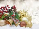 Fotografie Vánoční ozdoby ve sněhu