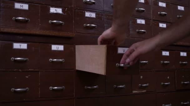 Index karty lístkového katalogu zásuvka boční pohled