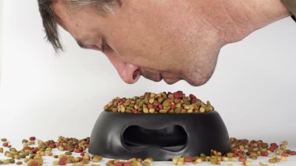 Mann isst Tiernahrung vom Gericht