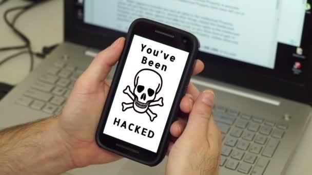 Uomo con il telefono cellulare hackerato