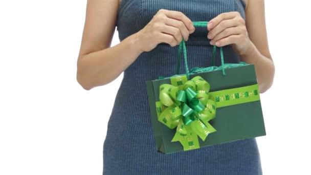 Žena držící zelené taštička