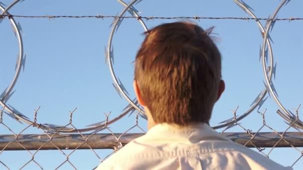 Člověk lezení ostnatý drát plotu
