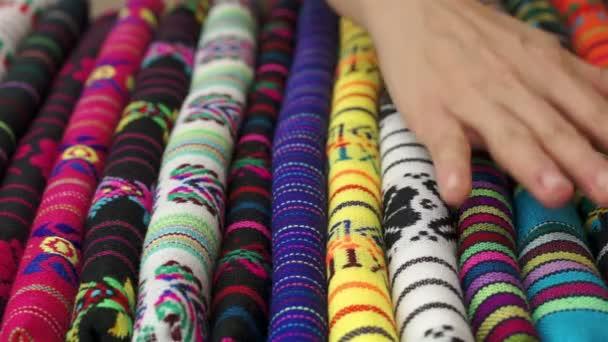 Frau berührt traditionellen mexikanischen Stoff