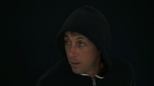 Podezřelý muž nosí černou mikinu