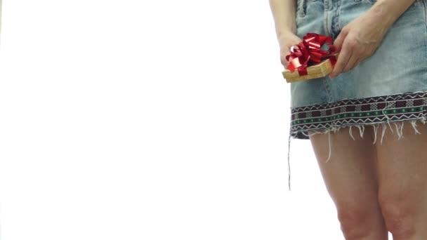 Žena v sukni, přičemž dárek