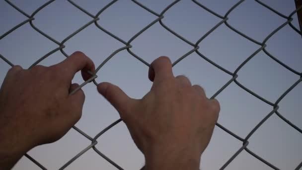 Beide Hände schütteln-Draht-Zaun-Closeup — Stockvideo © Cactii #92841306