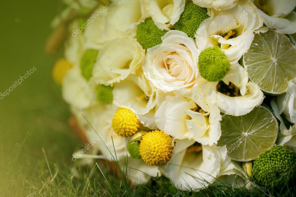 Hochzeitsstrauss Aus Beige Rosen Zimt Zitrone Limette Auf Dem