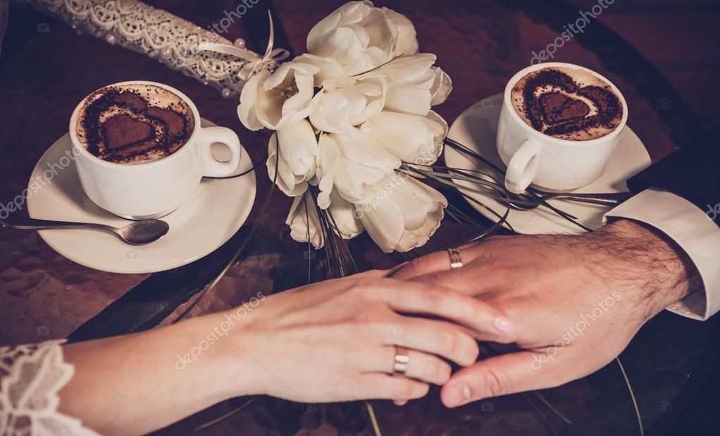 Zwei Tassen Kaffee Und Hand Der Braut Und Des Brautigams Mit
