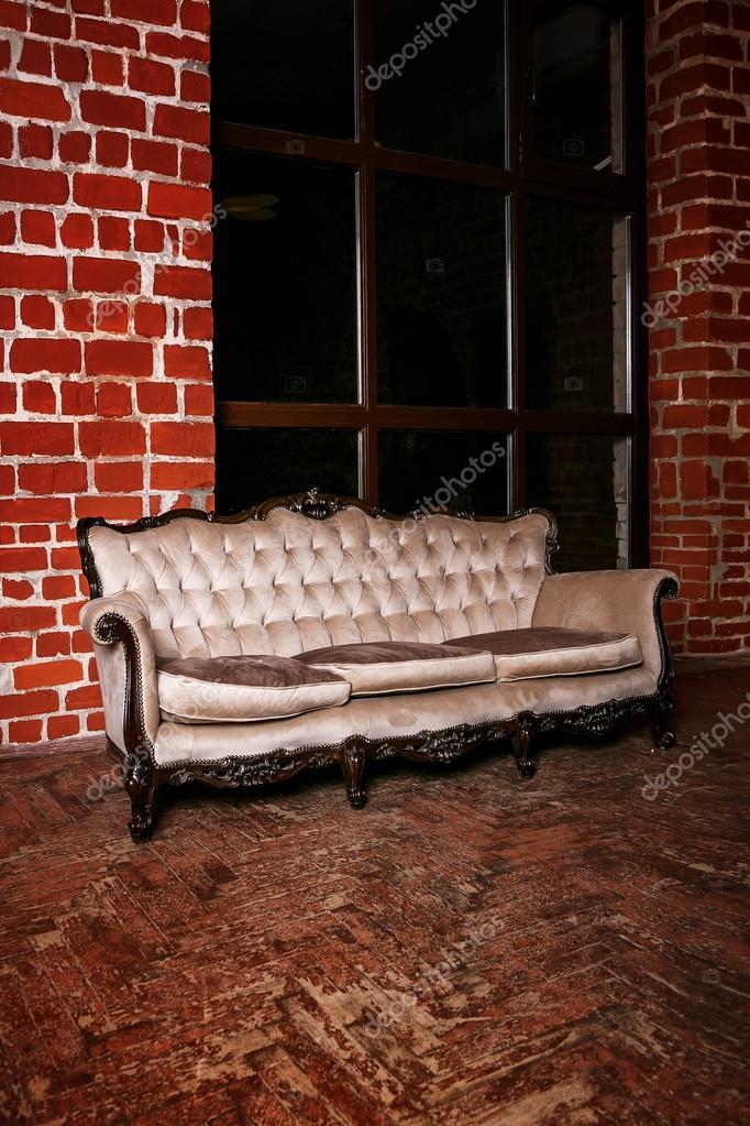 Mit Beige Sofa Auf Die Rote Wand U2014 Stockfoto