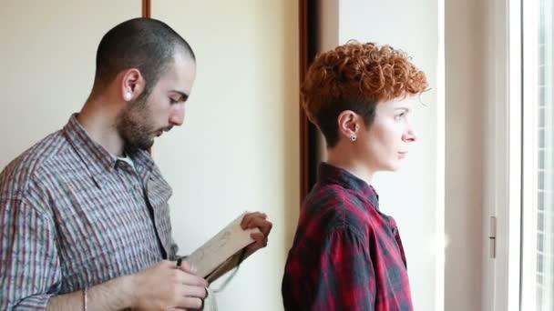 módní návrhářka pracuje na oděv na modelu