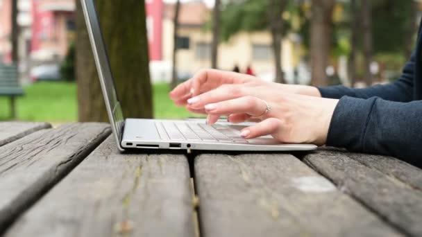 žena venkovní klepnutím klávesnice notebooku