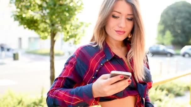 Žena v městě pomocí chytrého telefonu