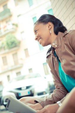 """Картина, постер, плакат, фотообои """"красивые африканские молодая женщина, с помощью планшета"""", артикул 56185511"""