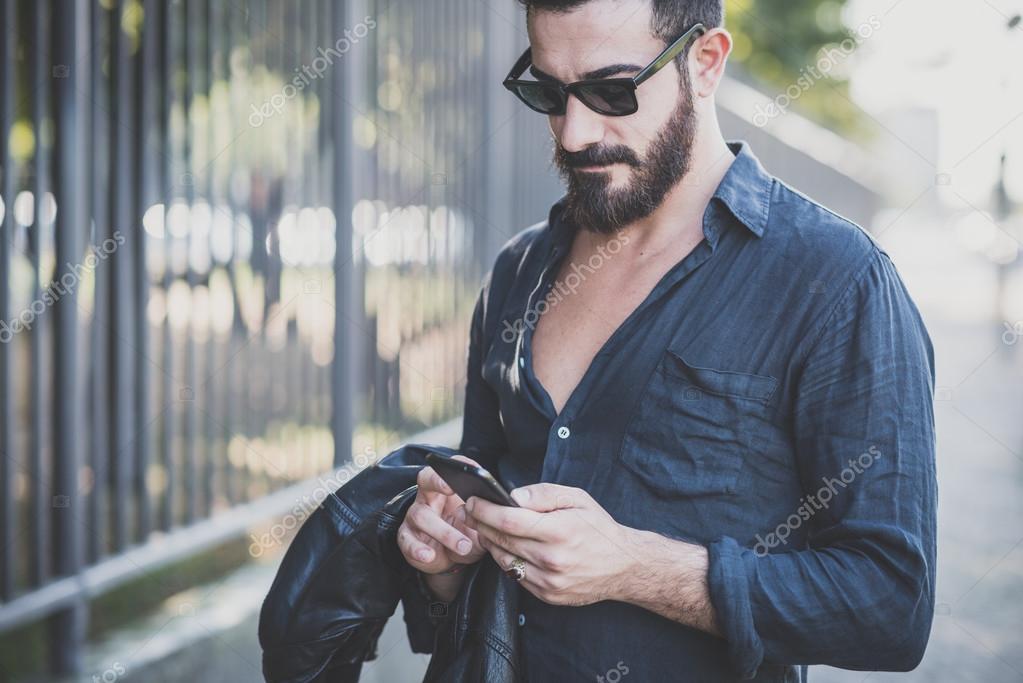 Attrayant Homme Barbu Beau Mannequin Jeune De Utilisant Smartphone dBCxoe