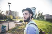 Fotografie Hipster vousatý muž v klobouku ve městě