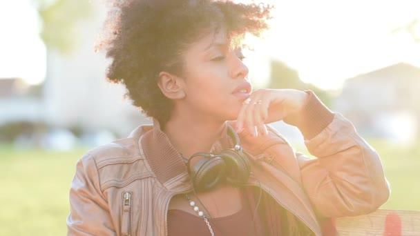 Arican dívka se sluchátky