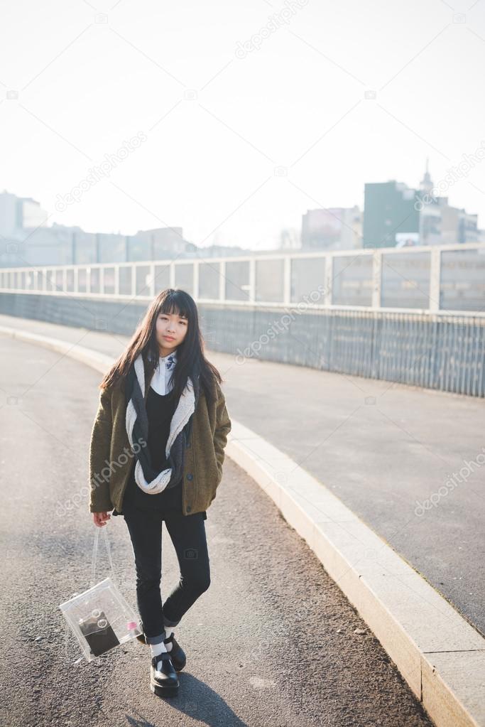 6c24084005a6b Junge schöne Hipster asiatische Frau in der Stadt - während des  Sonnenuntergangs in backlit — Foto von ...
