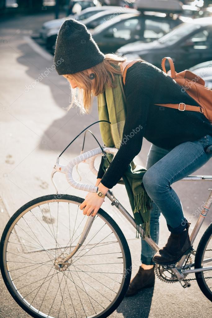 6c51f0c419cf2 Junge schöne Hipster sportliche blonde Frau in der Stadt mit Fahrrad — Foto  von ...