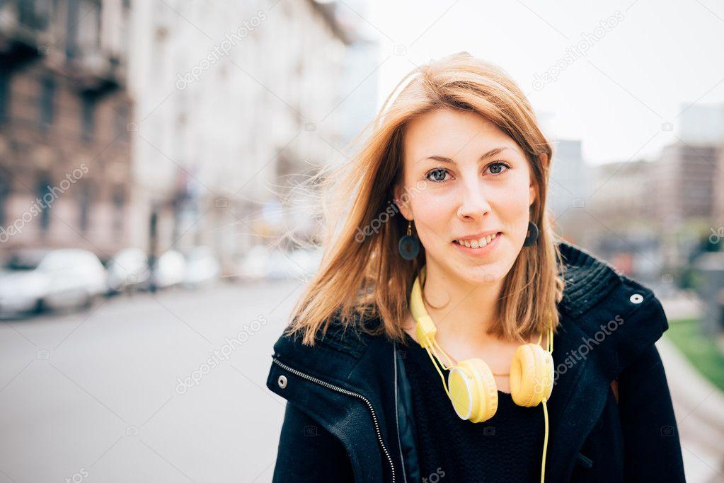 8bd166d87446f Junge schöne Hipster sportliche blonde Frau in der Stadt — Foto von peus
