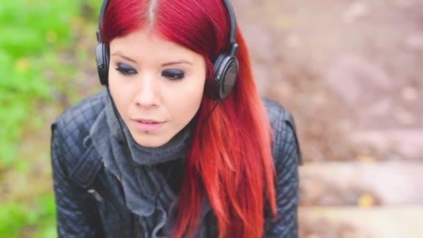 junges Schönheitsmädchen hört Musik