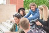 Skupina mladých mnohonárodnostní přátel baví