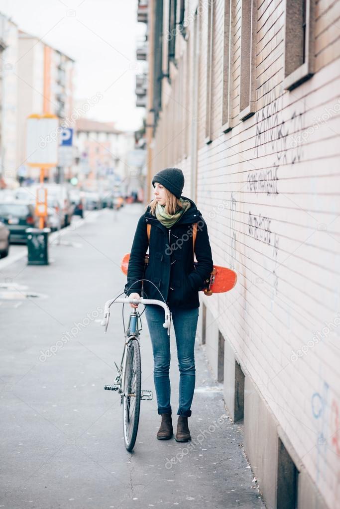 df95247227407 Hipster sportlich blonde Frau mit dem Fahrrad — Stockfoto © peus ...