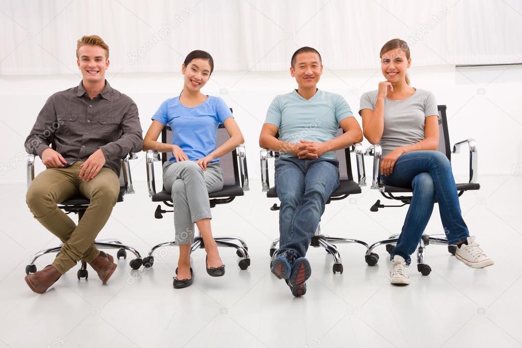 Grupo tnico multi de personas sentadas silla de oficina for Sillas para coche grupo 2