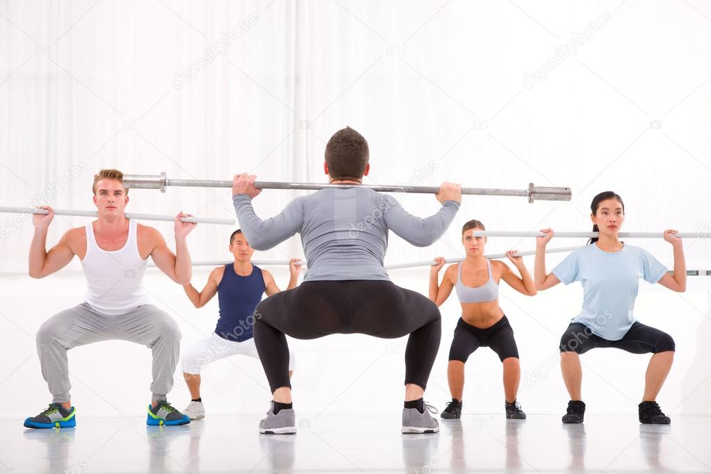 Grupo diverso de personas haciendo ejercicio en el - Imagenes de gimnasio ...