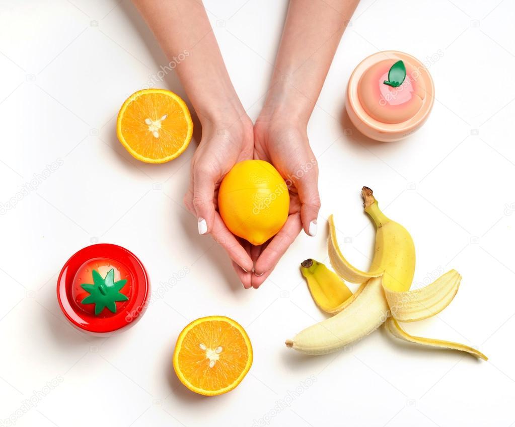 Manos con frutas naranja limón melocotón y fresa — Fotos de Stock ...