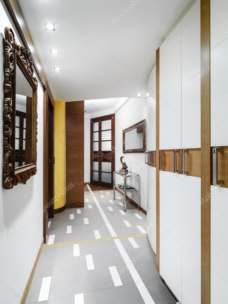 Moderne Korridor Mit Wandschrank Stockfoto C Aaphotograph 107202088