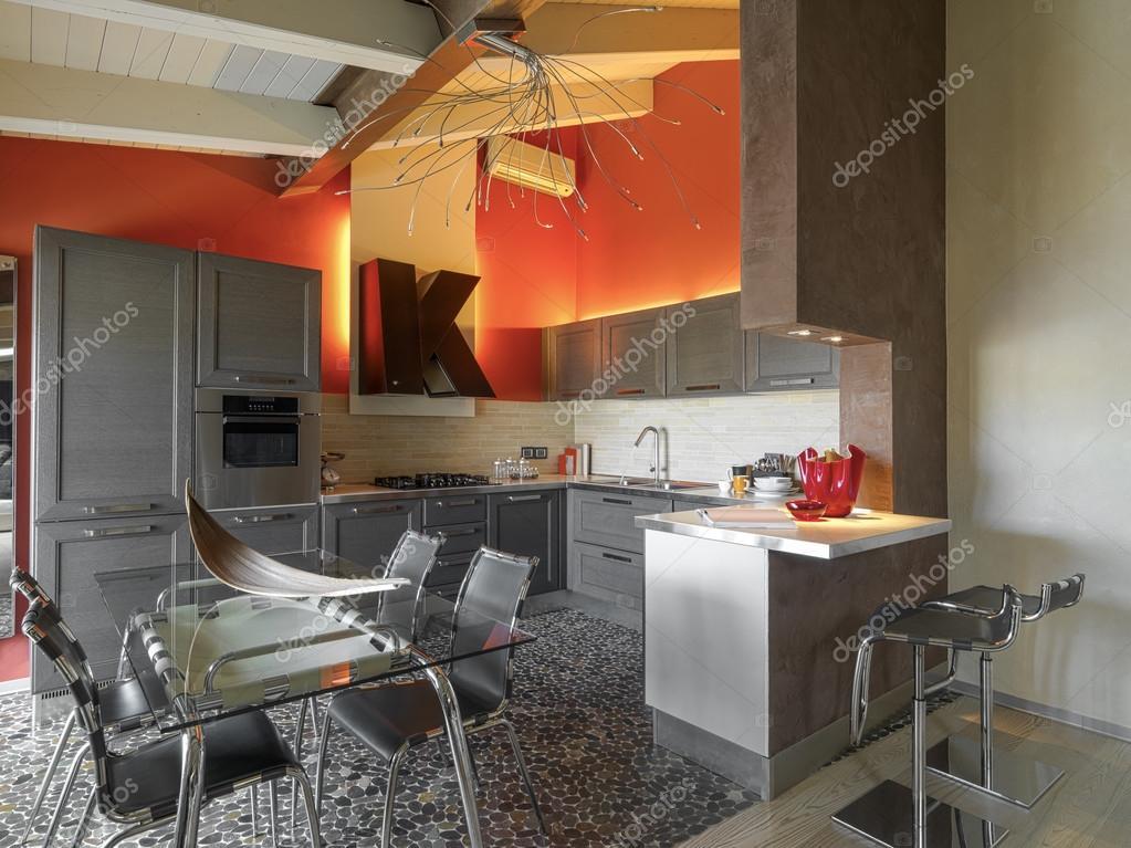 Tavolo Da Pranzo In Vetro : Vista all interno di una cucina moderna con tavolo da pranzo vetro