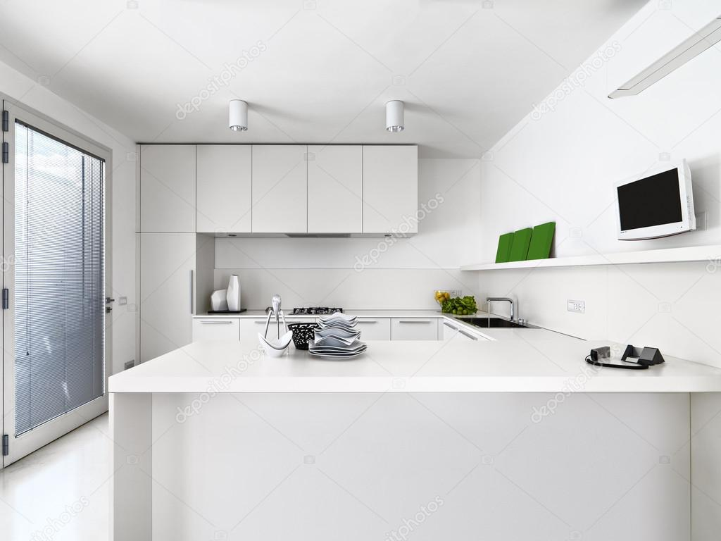 Vista all interno di una cucina moderna bianca u foto stock