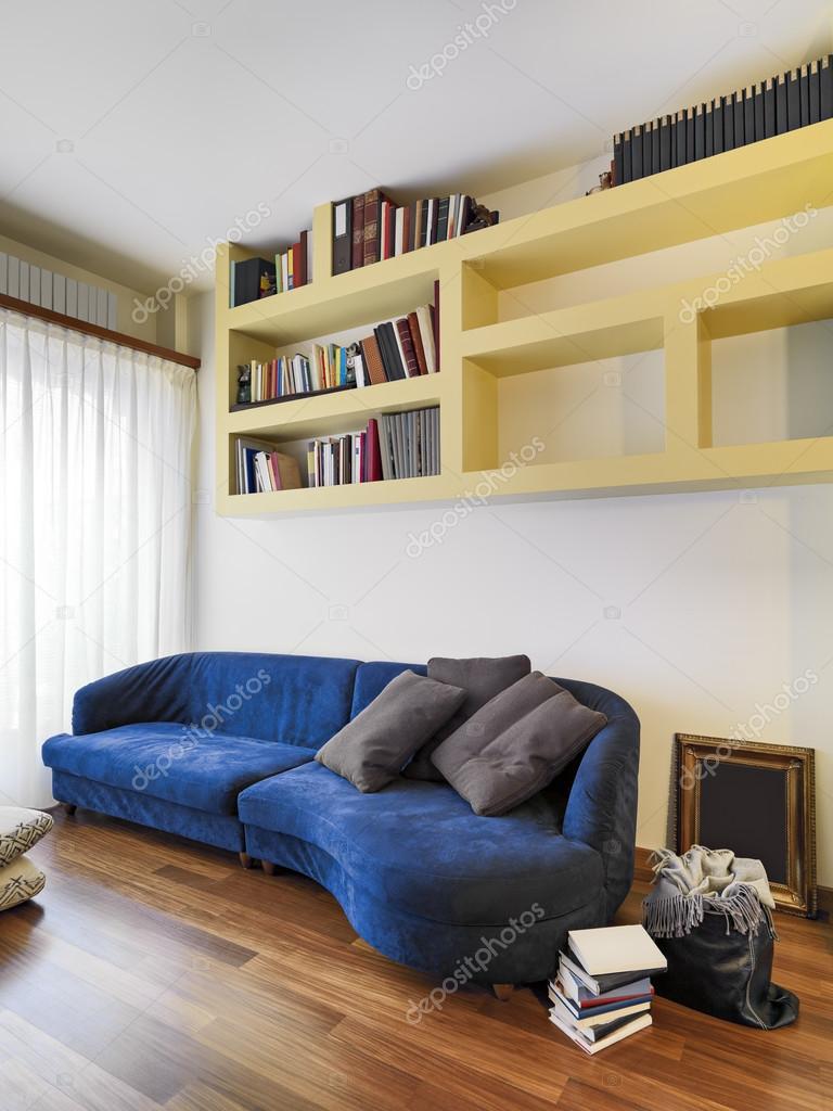 primo piano di un blu tessuto divano nel soggiorno moderno — Foto ...