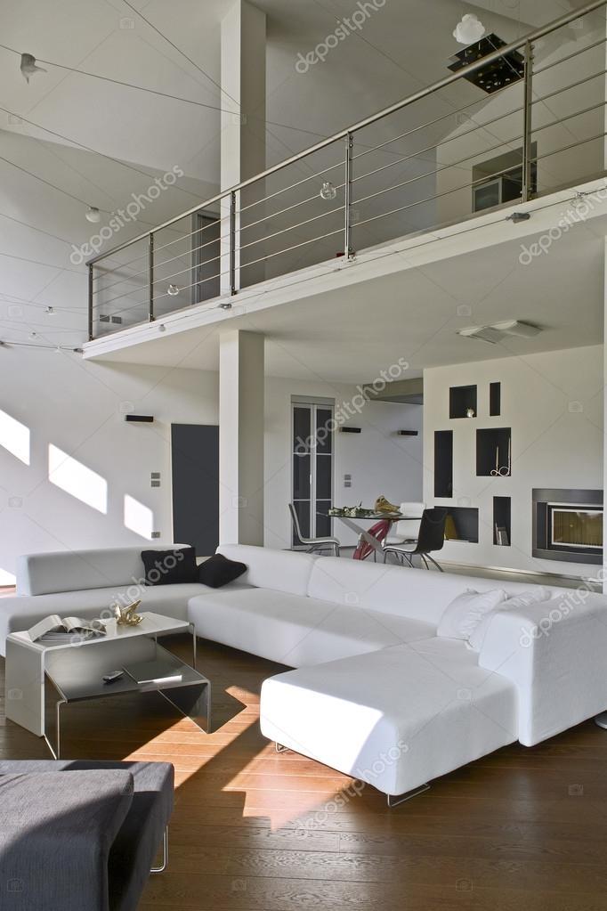 soggiorno moderno con pavimento in legno — Foto Stock © aaphotograph ...
