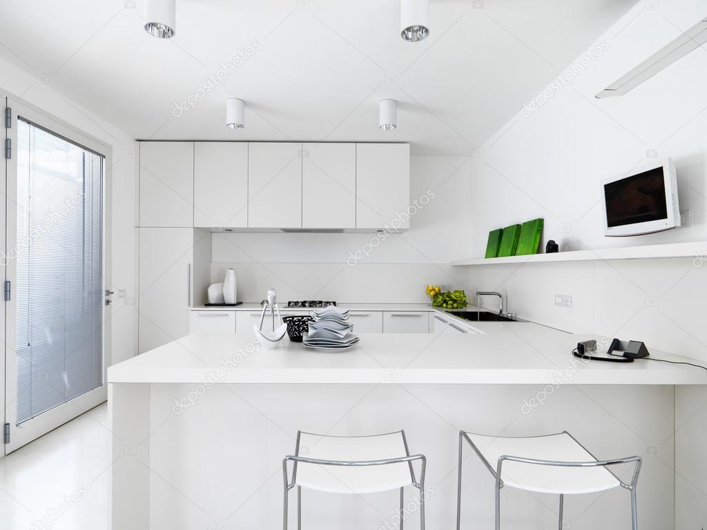 cucina bianca moderna — Foto Stock © aaphotograph #67566951