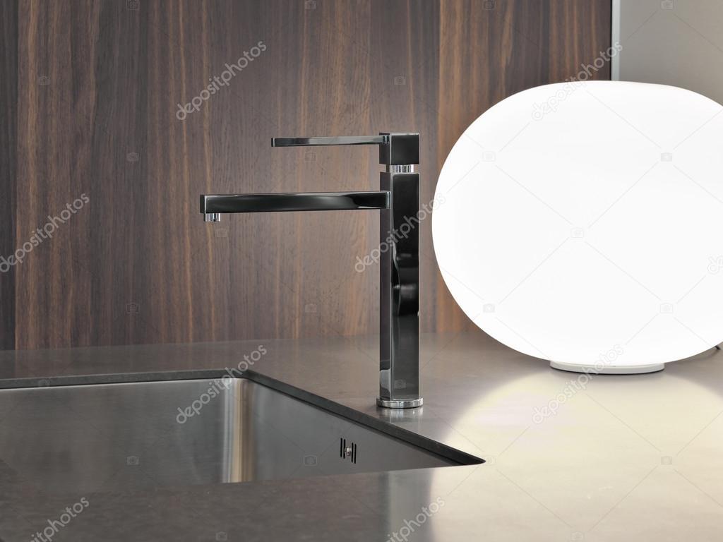 Moderne Keuken Lampen : Detail van stalen kraan in moderne keuken in de buurt van lamp
